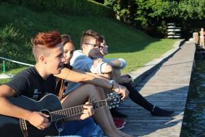Musizieren mit Gitarre im Hafen