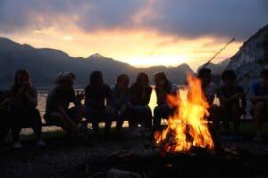Lagerfeuer am Strand im Ferienhort