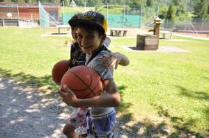 Jungs mit Basketball