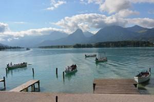 Blick auf den Wolfgangsee mit Ferienhort-Booten