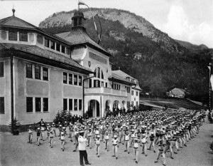 Turnübungen vor dem Hortsgebäude